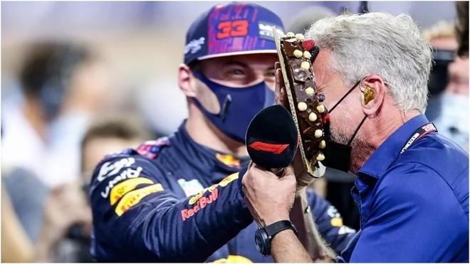 Max Verstappen le estampa una tarta a David Coulthard tras lograr la...