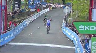 Roglic entra triunfante para ganar la etapa en la Itzulia.