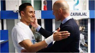 Zidane saluda a Keylor Navas en el vestuario.