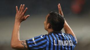 Luis Fernando Muriel mira al cielo tras convertir un gol con el...
