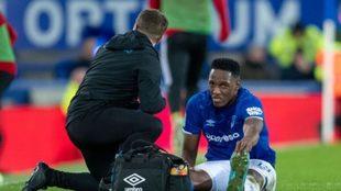 Mina es atendido por un médico del Everton sobre el césped.