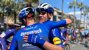 Cavendish abraza a un compañero al final de la jornada.