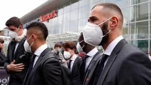Benzema, junto al plantel del Real Madrid en el aeropuerto John...