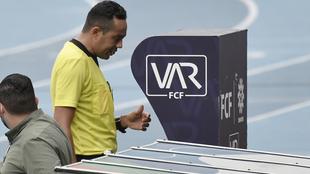 Eder Vergara revisa una acción en el VAR.