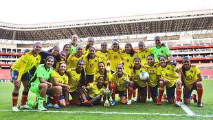 Las futbolistas de Colombia posan con el trofeo.