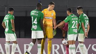 Jugadores de Atlético Nacional, en el partido de ida contra Libertad.