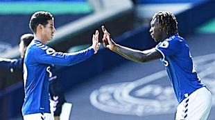 James Rodríguez y Moise Kean, en un partido del Everton.