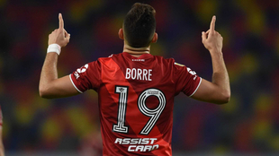 Rafael Santos Borré celebra su doblete ante Central Córdoba.
