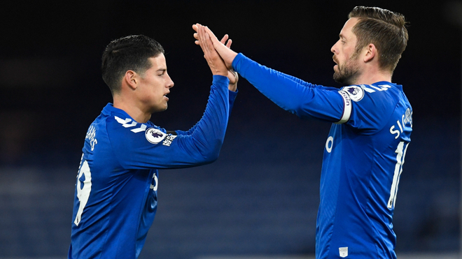 James felicita a Sigurdsson por su primer tanto ante el Tottenham.
