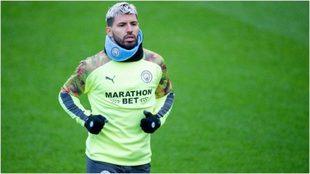 Agüero, con la camiseta de calentamiento del Manchester City.