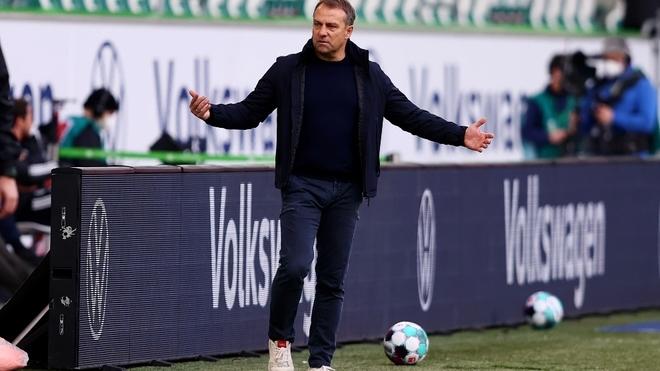 Hansi Flick gesticula durante el Wolfsburgo-Bayern.