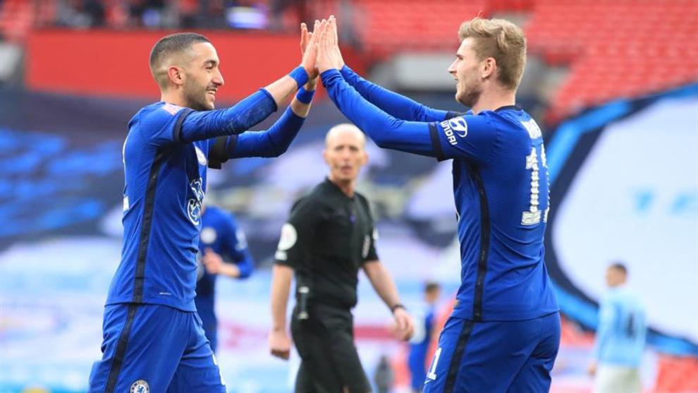 Ziyech celebra su gol en la victoria de Chelsea sobre Manchester City...