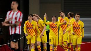 Leo Messi levanta manos como festejo de un gol.