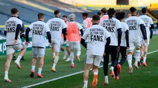 Los jugadores de Leeds calientan con las camisetas en la que rechazan...