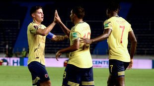 James Rodríguez, Luis Muriel y Duván Zapata celebran un gol.