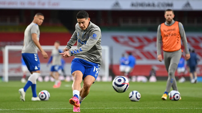 James Rodríguez realiza un disparo en el calentamiento del Everton.