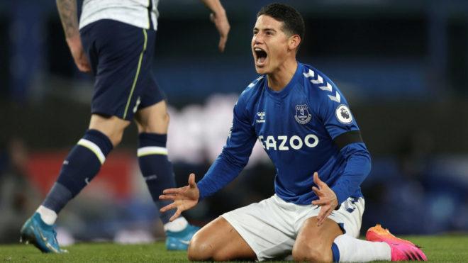 James grita durante un partido con el Everton