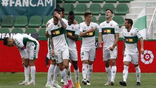 Los jugadores del Elche, con Mojica y Helibelton Palacios, celebran el...
