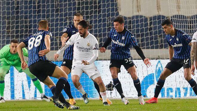 Isco controla un balón en el partido contra el Atalanta