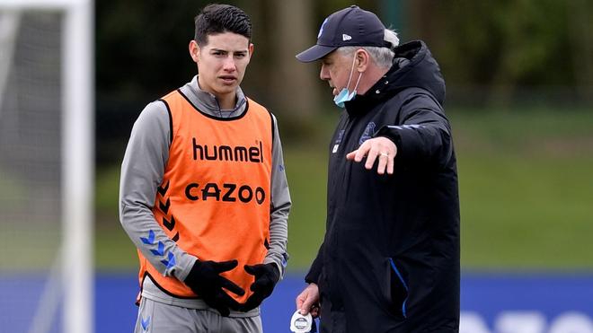 James dialoga con Ancelotti en una práctica.
