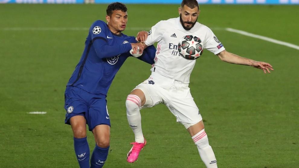 Benzema controla la pelota durante el partido de Champions contra el...