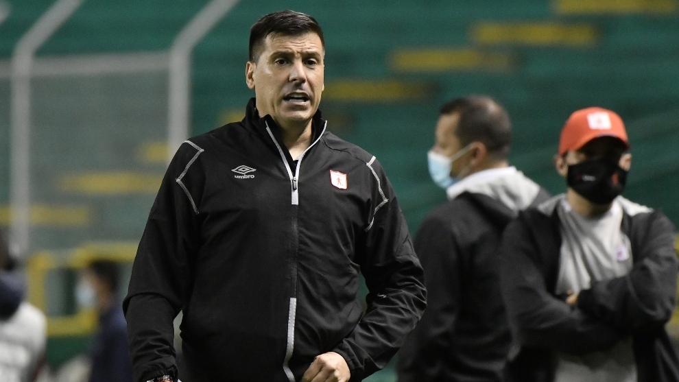 Juan Cruz Real no es más entrenador del América; los deja desde hoy.