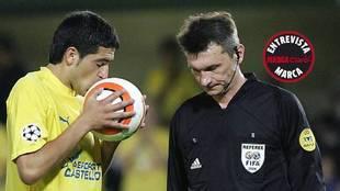Riquelme besa el balón antes de lanzar el penalti que falló ante el...