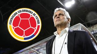 Renaldo Rueda y el escudo de la FCF.