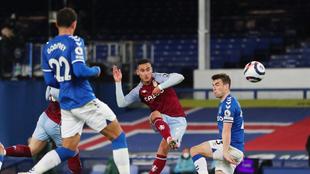 Annwar El Ghazi dispara a gol ante el Everton.