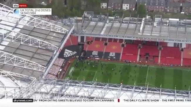 Imagen de los aficionados en el césped de Old Trafford antes del...