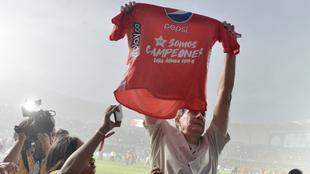 Guimaraes levanta una camiseta de 'Somos campeones', por el...