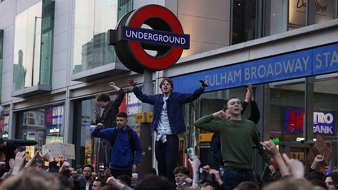 Un grupo de aficionados del United protestan por los dueños del club