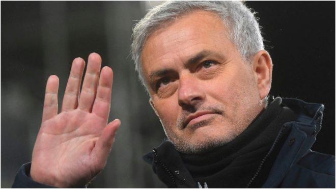 Mourinho saluda en uno de sus últimos partidos como técnico del...