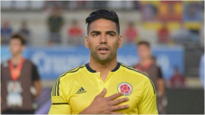 Falcao, cantando el himno de Colombia durante un partido de la...