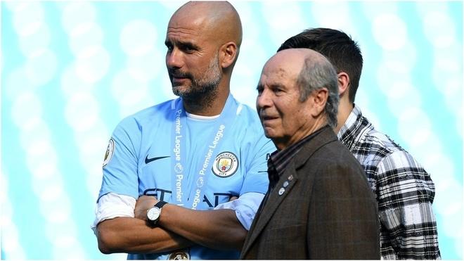 Pep Guardiola con su padre Valentí en un entrenamiento en el...