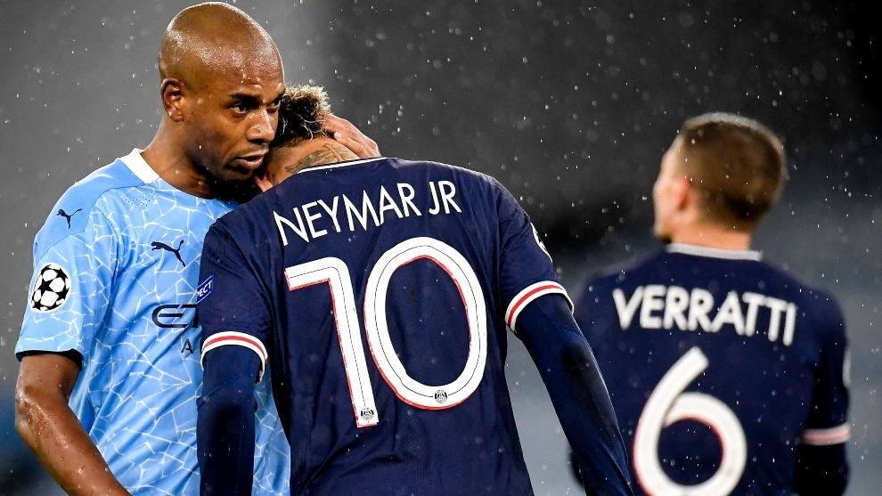 Fernandinho consuela a Neymar que como el resto de sus compañeros no...