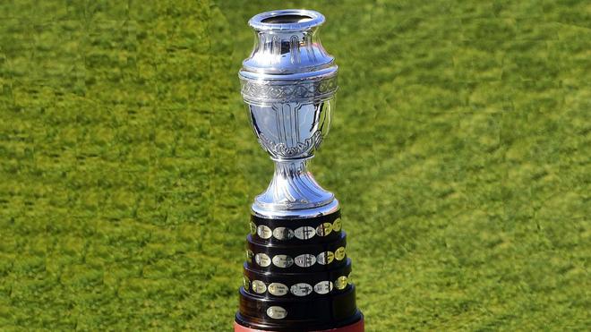 El trofeo que levantó Iván Ramiro Córdoba en 2001.
