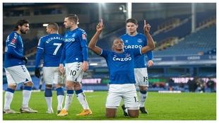 Mina festeja un gol en el Everton ante la mirada de James.