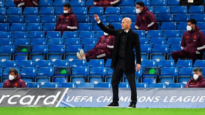 Zidane da indicaciones sobre la raya.