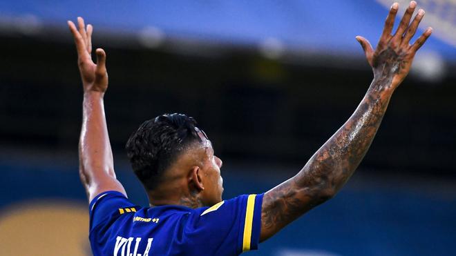 Sebastián Villa celebra un gol con la camiseta de Boca Juniors.