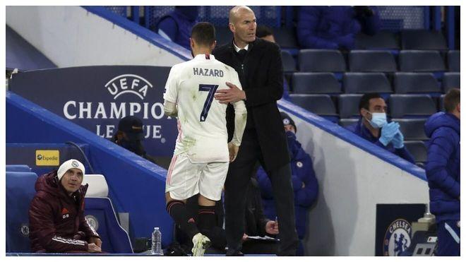 Zidane consuela a Hazard tras sustituirle ante el Chelsea