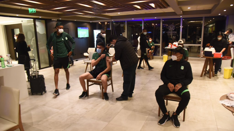 Jugadores de Nacional reciben vacuna contra la Covid-19.