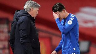 Ancelotti charla con James durante un partido con el Everton