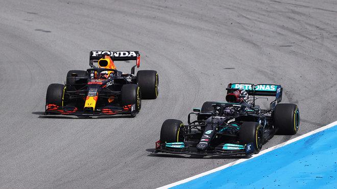 Hamilton, en el momento de adelantar a Verstappen