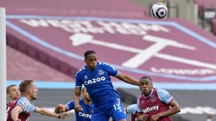 Yerry Mina busca el cabezazo en el partido contra el West Ham.