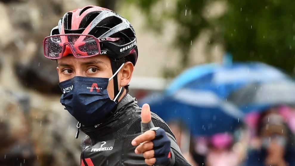 Egan Bernal levanta el pulgar durante el Giro de Italia