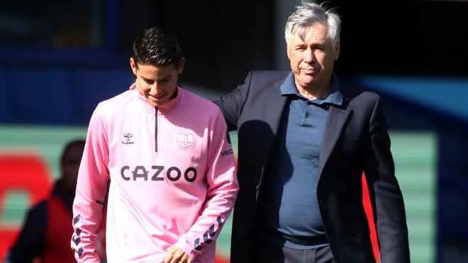 James camina junto a Carlo Ancelotti.
