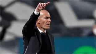 Zidane da una indicación durante un partido del Real Madrid.