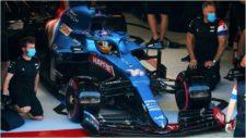 Alonso, con su Alpine, en boxes.