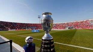 El trofeo en el Estadio Nacional cuando fue sede Chile en 2015.